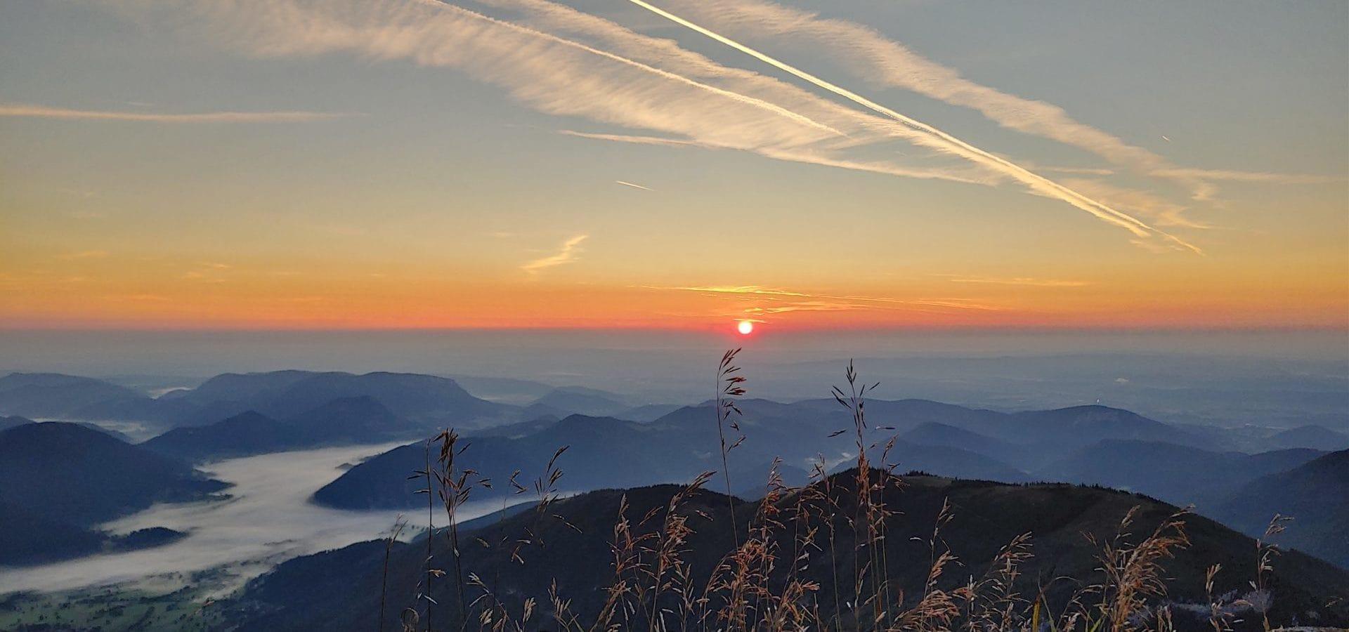Sonnenaufgang am Schneeberg. Foto von Lina.