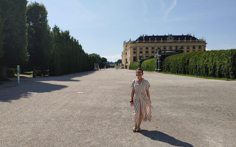Lina spaziert in Schloss Schönbrunn. Wien.